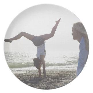 10代の少女は体操の業績、お母さんを行います プレート