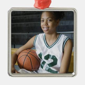 10代の少女(13-15)の身に着けているバスケットボールのユニフォーム、 メタルオーナメント