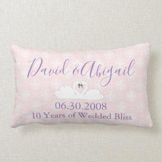 10年の結婚記念日のピンクおよび白いダマスク織 ランバークッション