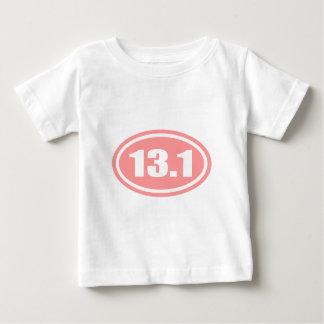 13.1半分のマラソンのピンクの楕円形 ベビーTシャツ