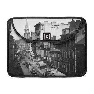 1859年:  ワシントン州の通りの交通そして店 MacBook PROスリーブ