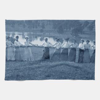 1890年代の女性の綱引き引っ張りO戦争のスポーツ キッチンタオル