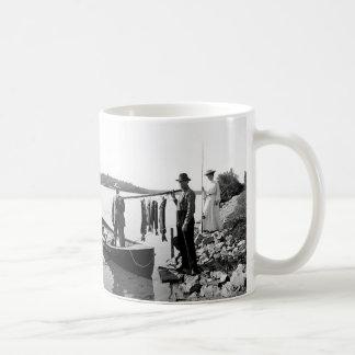 1903年のAdirondack Mts.Fishingのマグ コーヒーマグカップ
