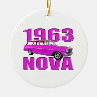1963 chevy II新星のlongroofワゴンネオンのピンク セラミックオーナメント