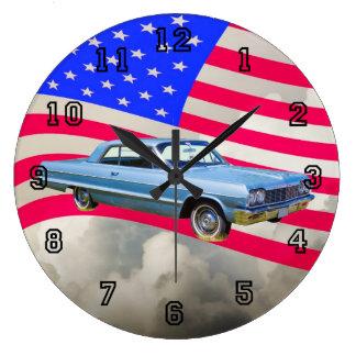 1964年のシボレー・インパラ車および米国旗 ラージ壁時計