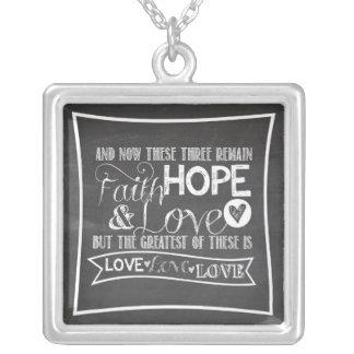1 Corinthiansの13:13 -黒板の正方形のネックレス シルバープレートネックレス