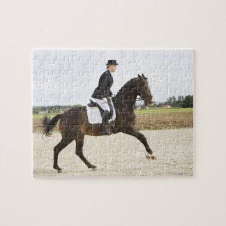 2つに運動させている女性の馬場馬術のライダー ジグソーパズル