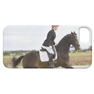 2つに運動させている女性の馬場馬術のライダー iPhone SE/5/5s ケース