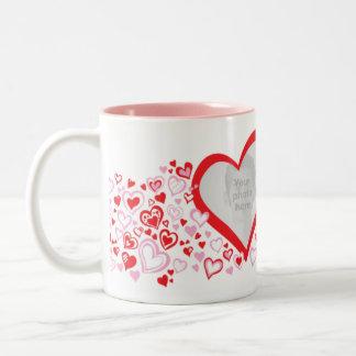 2つのハートのバレンタイン/結婚式の写真の赤いピンクのマグ ツートーンマグカップ