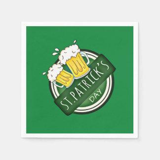 2つのビールが付いているSt patricks dayの緑の幸せな盾 スタンダードカクテルナプキン