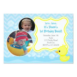 2つの写真を持つゴム製ダッキーの誕生日の招待状 12.7 X 17.8 インビテーションカード