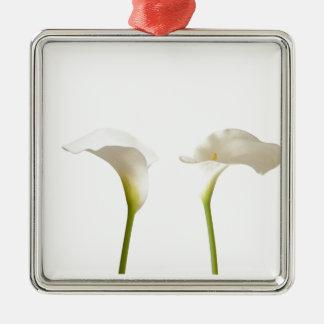 2つの白いオランダカイウの花 メタルオーナメント