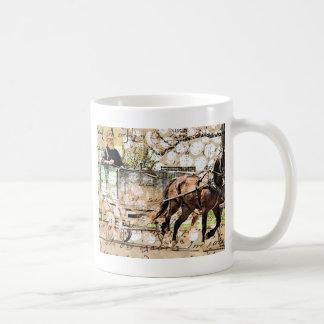 2つの馬のチーム混合メディアのコラージュ コーヒーマグカップ
