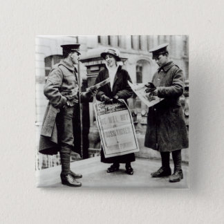 2に新聞を販売しているSuffragette 5.1cm 正方形バッジ