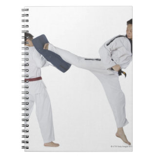 2に武道を教えているオスの空手のインストラクター ノートブック