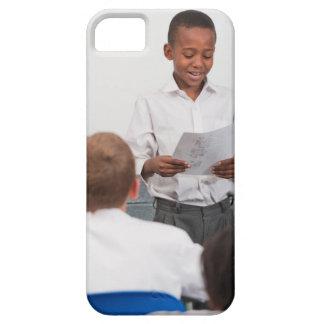 2のクラスの読書の前に立っている男の子 iPhone SE/5/5s ケース