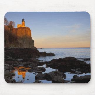 2の近くの日没の割れた石の灯台 マウスパッド