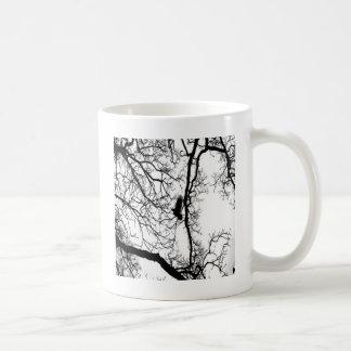 #2を飛ばしているB&Wの写真の鳥 コーヒーマグカップ
