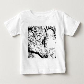 #2を飛ばしているB&Wの写真の鳥 ベビーTシャツ