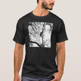 #2を飛ばしているB&Wの写真の鳥 Tシャツ