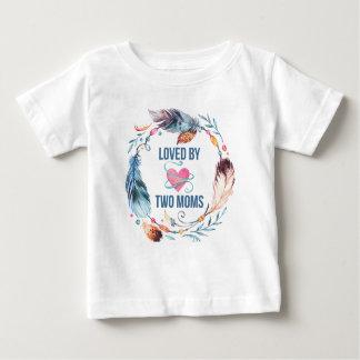 2人のお母さんのボヘミアのベビーのTシャツによって愛される ベビーTシャツ