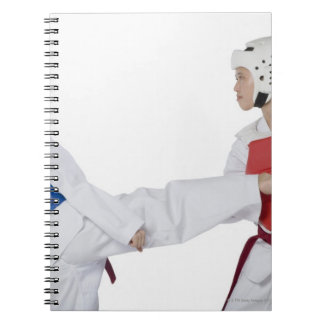 2人の若い女性の練習のクローズアップ ノートブック
