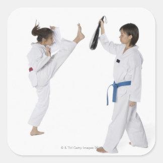2人の若い女性の練習の側面のプロフィール スクエアシール