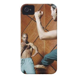 2人の若者の練習の低い角度眺め Case-Mate iPhone 4 ケース