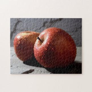 2個の赤いぬれたりんご ジグソーパズル