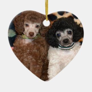2匹のかわいいプードルのトイプードルの子犬 セラミックオーナメント