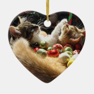 2匹のクリスマスの子猫猫、一緒の子ネコ、バスケット セラミックオーナメント