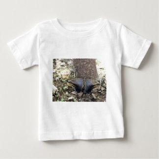 2匹の大きいガの乳児のTシャツ ベビーTシャツ
