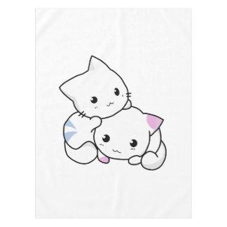 2匹の愛らしい赤ん坊の子ネコは一緒に抱きしめます テーブルクロス