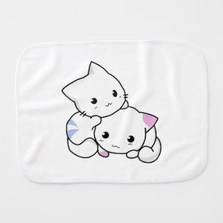 2匹の愛らしい赤ん坊の子ネコは一緒に抱きしめます バープクロス