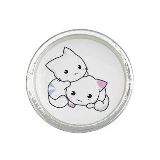 2匹の愛らしい赤ん坊の子ネコは一緒に抱きしめます 指輪