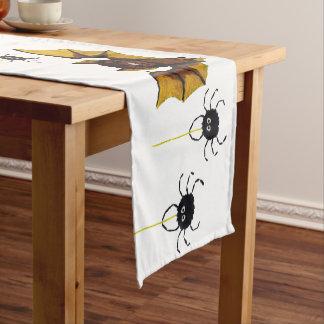 2匹の柔らかいくもが付いているハロウィン愛らしいブラウンのこうもり ショートテーブルランナー
