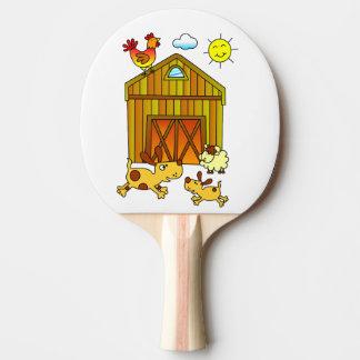 2匹の犬、納屋のまわりで遊んでいるミイラおよび赤ん坊 卓球ラケット
