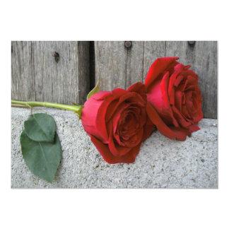 2匹の赤いバラ及び納屋の木製の結婚式の招待 カード