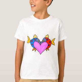 2匹の魚の接吻 Tシャツ