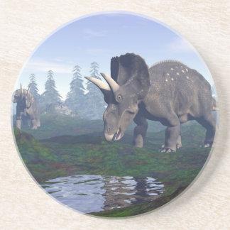 2匹のnedoceratops/diceratopsの恐竜の歩くこと コースター