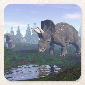 2匹のnedoceratops/diceratopsの恐竜の歩くこと スクエアペーパーコースター
