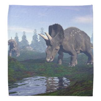 2匹のnedoceratops/diceratopsの恐竜の歩くこと バンダナ