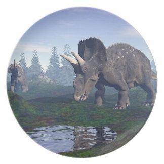 2匹のnedoceratops/diceratopsの恐竜の歩くこと プレート
