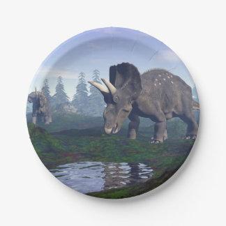 2匹のnedoceratops/diceratopsの恐竜の歩くこと ペーパープレート