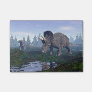 2匹のnedoceratops/diceratopsの恐竜の歩くこと ポストイット