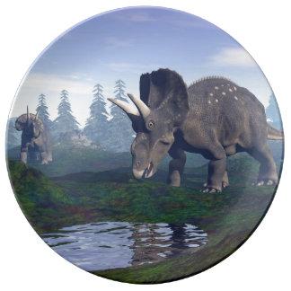 2匹のnedoceratops/diceratopsの恐竜の歩くこと 磁器プレート