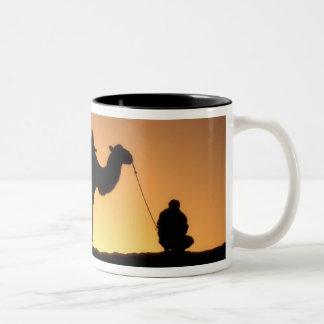 2時の砂漠のラクダのキャラバンのシルエット ツートーンマグカップ