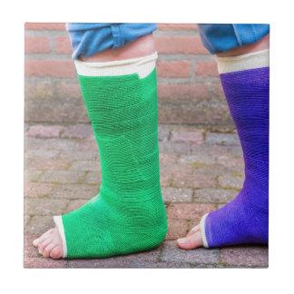 2本の多彩なギプスの足を搭載する永続的な子供 タイル