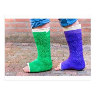 2本の多彩なギプスの足を搭載する永続的な子供 ポストカード