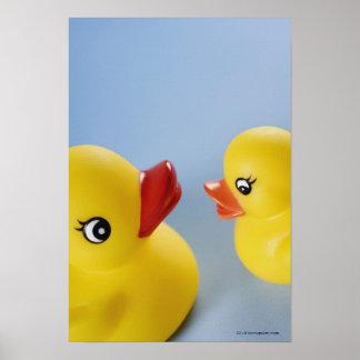 2羽のゴム製アヒルのクローズアップ ポスター